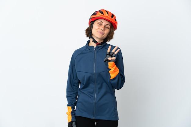 Mulher jovem ciclista inglesa isolada feliz e contando três com os dedos