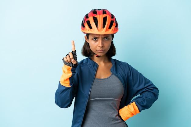 Mulher jovem ciclista isolada contando um com expressão séria