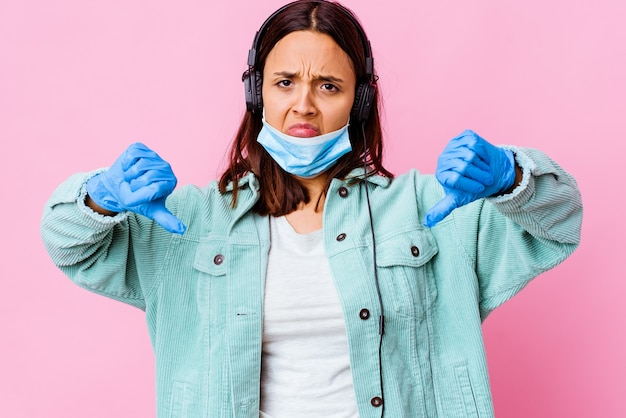Mulher jovem cirurgiã ouvindo música com fones de ouvido isolados