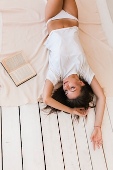 Mulher jovem, cochilando, perto, livro
