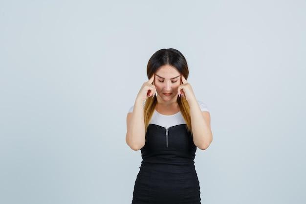 Mulher jovem colocando o dedo indicador nas têmporas