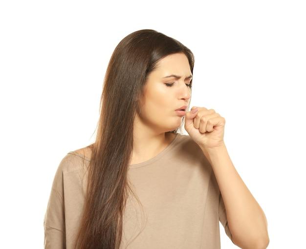 Mulher jovem com alergia em branco