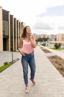 Mulher jovem com aparência casual caminhando