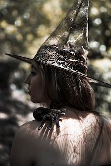 Mulher jovem, com, aranha, em, floresta