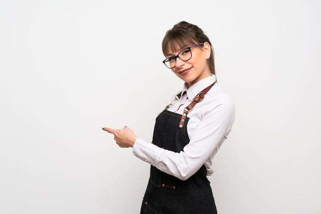 Mulher jovem, com, avental, apontar, costas