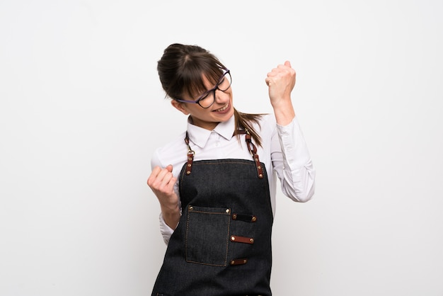 Mulher jovem, com, avental, celebrando, um, vitória