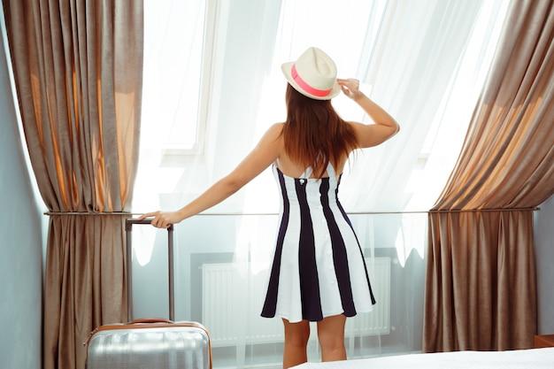 Mulher jovem, com, bagagem, em, quarto hotel