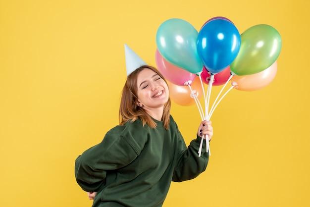 Mulher jovem com balões coloridos