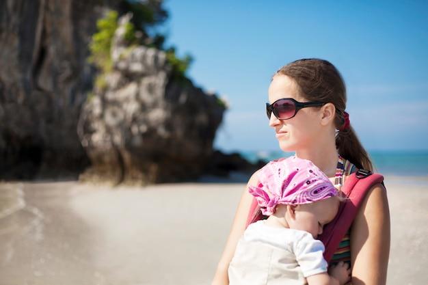 Mulher jovem, com, bebê, praia