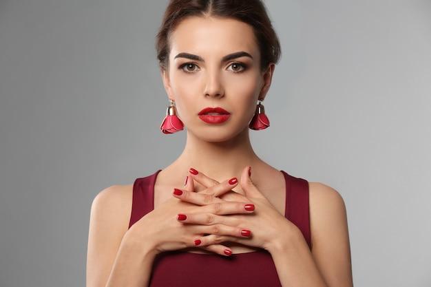 Mulher jovem com bela manicure cinza
