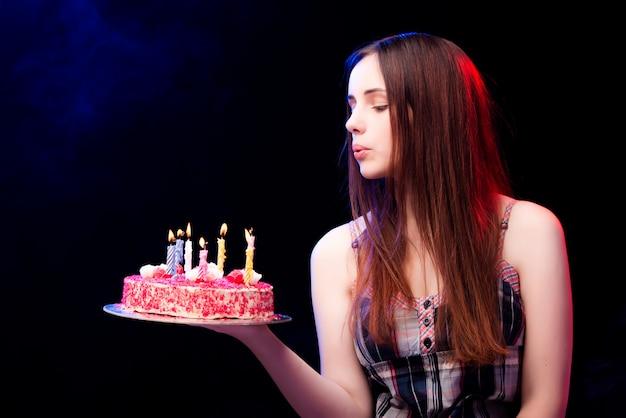 Mulher jovem, com, bolo aniversário, em, partido