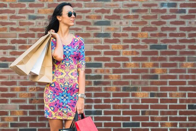 Mulher jovem, com, bolsas para compras