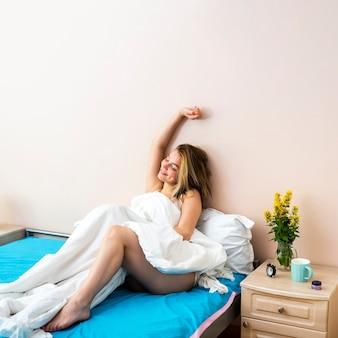 Mulher jovem, com, braço cima cama