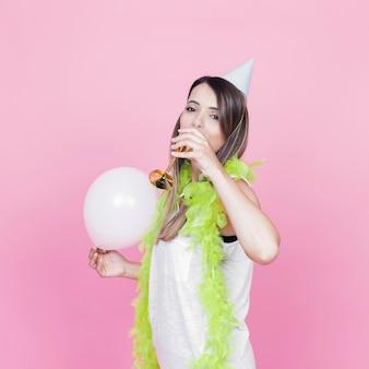 Mulher jovem, com, branca, balloon, bebendo, vinho