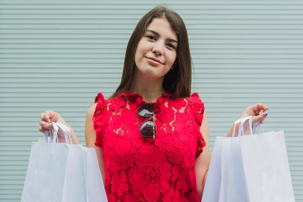 Mulher jovem, com, branca, bolsas para compras