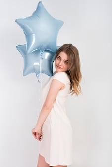 Mulher jovem, com, brilhante, partido, balões