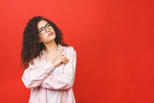 Mulher jovem com cabelo castanho encaracolado