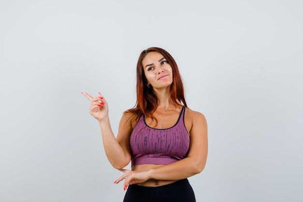 Mulher jovem com cabelo comprido e roupa desportiva