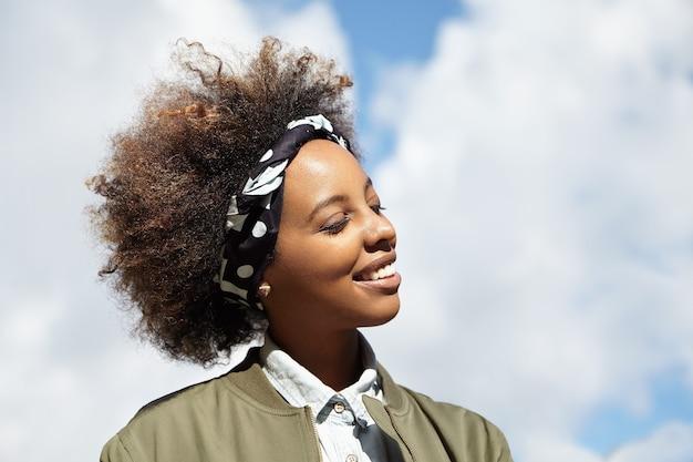 Mulher jovem com cabelo encaracolado com lenço