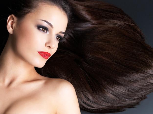 Mulher jovem com cabelos castanhos compridos e lisos