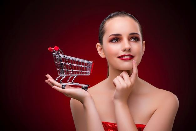 Mulher jovem, com, carrinho de compras