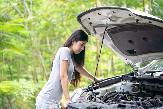 Mulher jovem, com, carro danificado