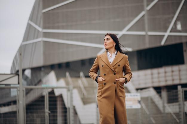 Mulher jovem com casaco ao ar livre
