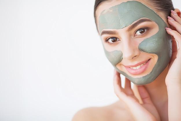 Mulher jovem, com, cosmético, máscara argila