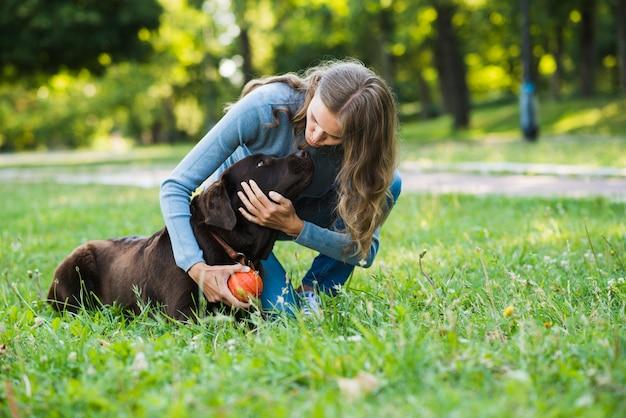 Mulher jovem, com, dela, cão, parque