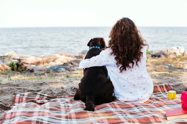 Mulher jovem, com, dela, cão, praia