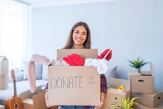 Mulher jovem, com, doação, caixa, casa