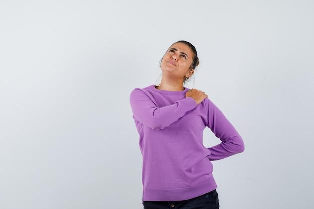 Mulher jovem com dor no ombro