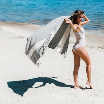 Mulher jovem, com, echarpe, ligado, praia
