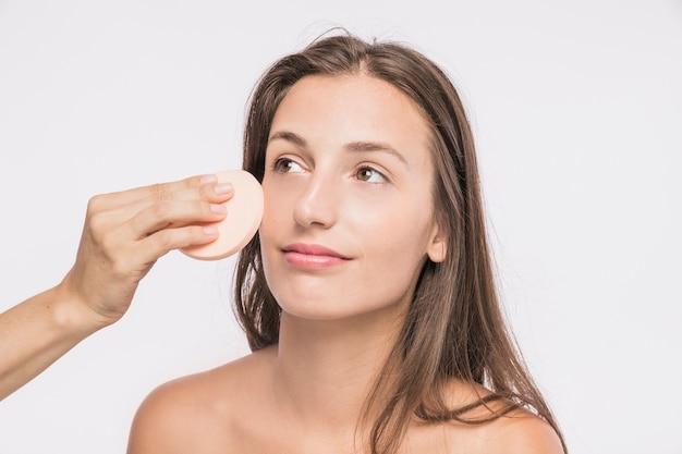 Mulher jovem, com, esponja facial