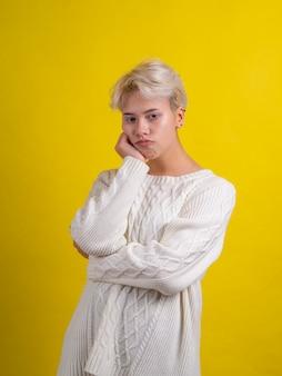 Mulher jovem com expressão facial de tédio