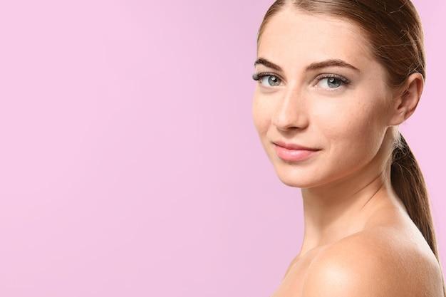 Mulher jovem com extensões de cílios