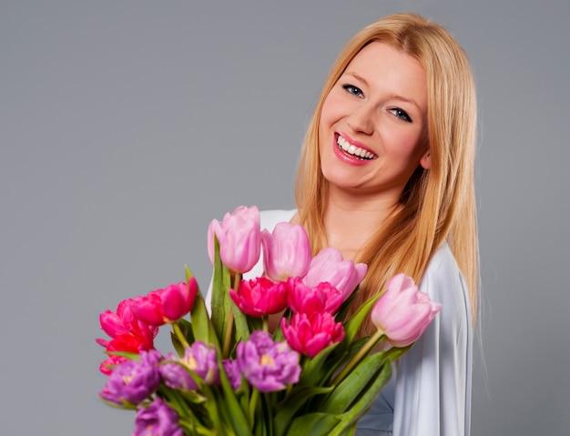 Mulher jovem com flor de primavera