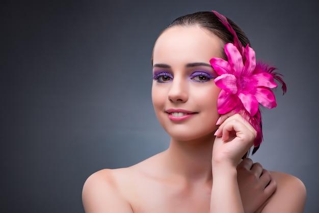Mulher jovem, com, flor, decoração