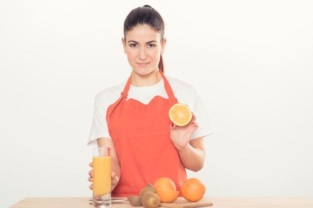 Mulher jovem com frutas isoladas