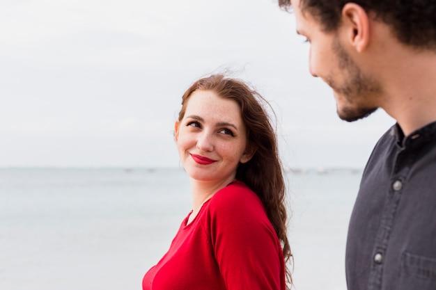 Mulher jovem, com, homem, ligado, costa mar