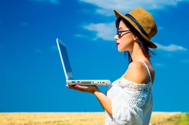 Mulher jovem, com, laptop