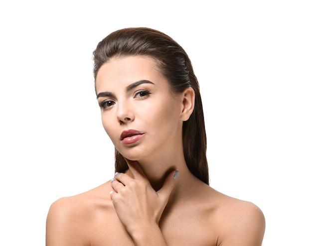Mulher jovem com lindas sobrancelhas na parede branca