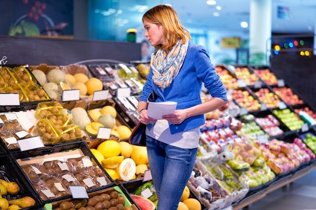 Mulher jovem, com, lista fazendo compras