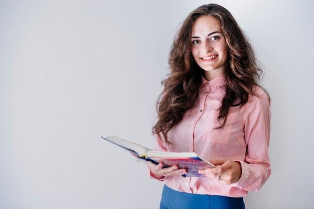 Mulher jovem, com, livro, em, estúdio