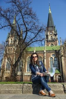 Mulher jovem, com, mapa, em, antigas, centro cidade