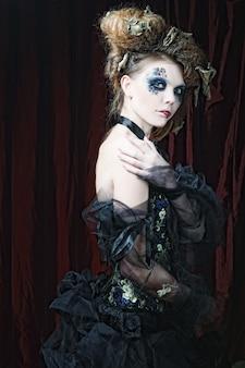 Mulher jovem com maquiagem criativa