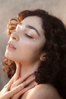 Mulher jovem com maquiagem de pérolas