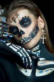 Mulher jovem com maquiagem e fantasia de halloween