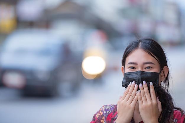 Mulher jovem com máscara durante a pandemia