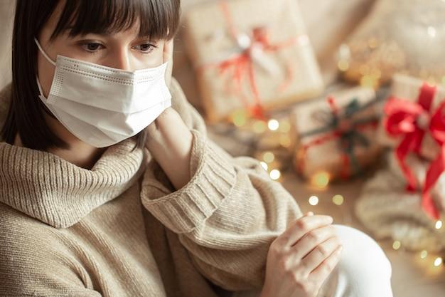Mulher jovem com máscara no rosto e um suéter bege aconchegante